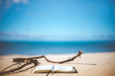 Bild mit Strand und Buch